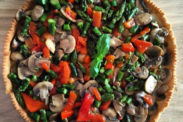 Torta salata con funghi, asparagi e peperoni