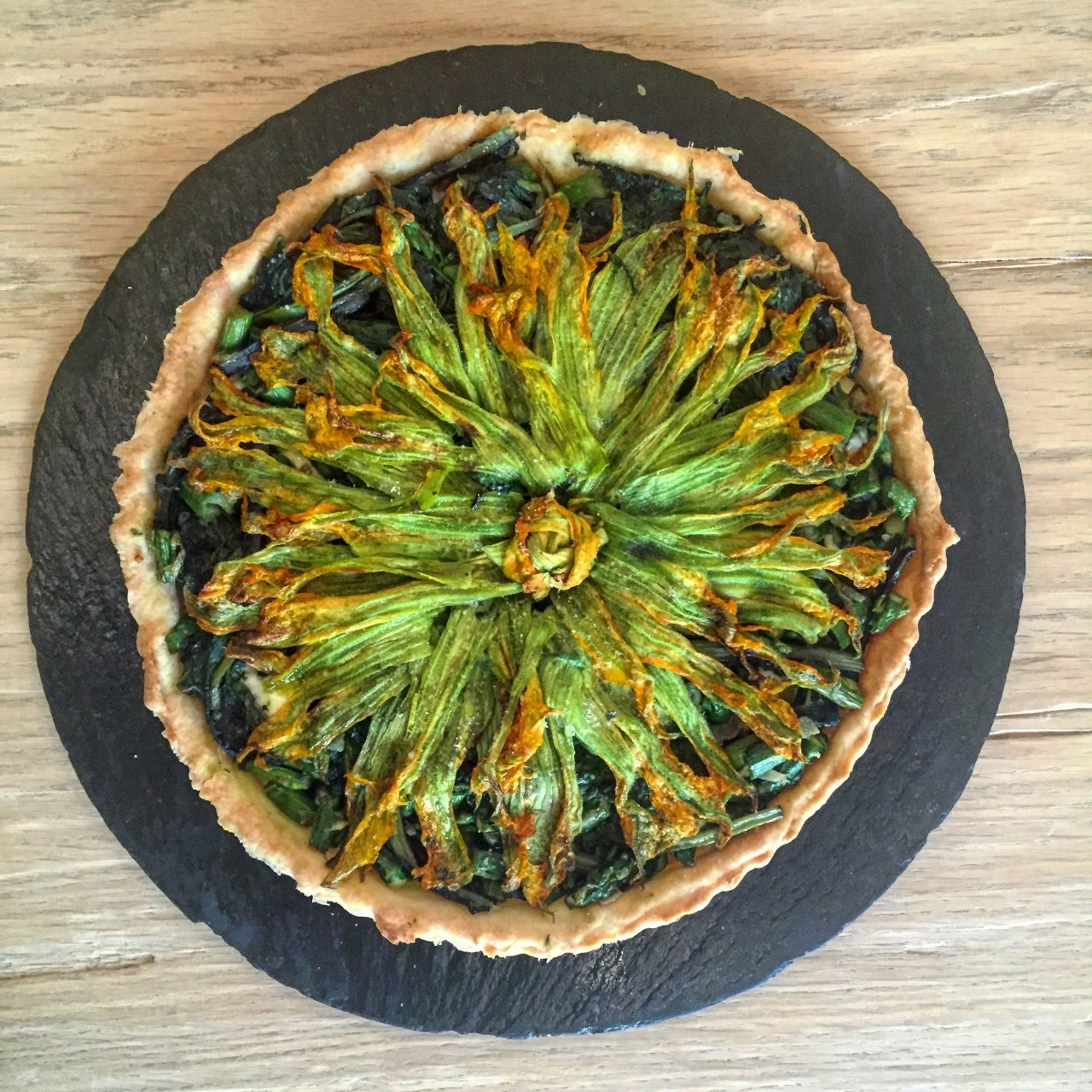 Torta salata con verdura e fiori di zucca